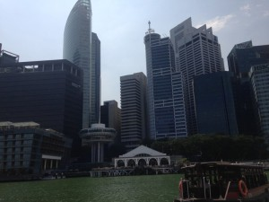 高層ビルと古い建物
